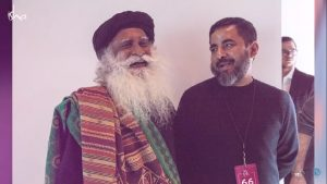 sadhguru with sabyasachi at new york fashion week